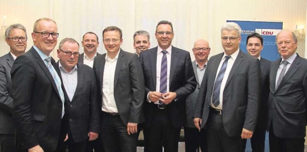 Dr. Joachim Pfeiffer (5. v. r.) und Markus Radmacher (5. v. I.) mit den heimischen CDU-Abgeordneten aus Bundestag und Landtag sowie den Vertretern der fünf CDU-Verbände. ■ Foto: Bartels